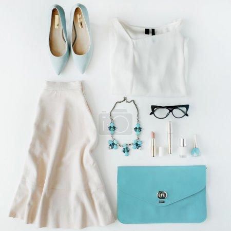 女性夏天的衣服和配件组成的拼贴画