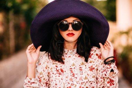 在一顶大帽子时尚女孩