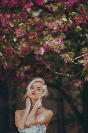 美丽的金发女孩在花园中_高清图片_邑石网