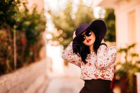 在一顶大帽子时尚女孩_高清图片_邑石网