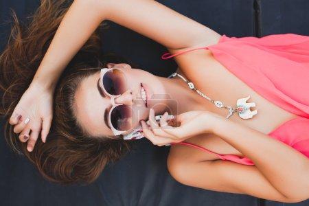 年轻时尚的女人谈电话
