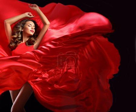 红色飞衣服的年轻女子