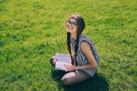 有吸引力的年轻黑发女孩_高清图片_邑石网