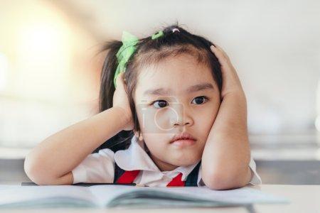 不安与头在手中有问题的孩子